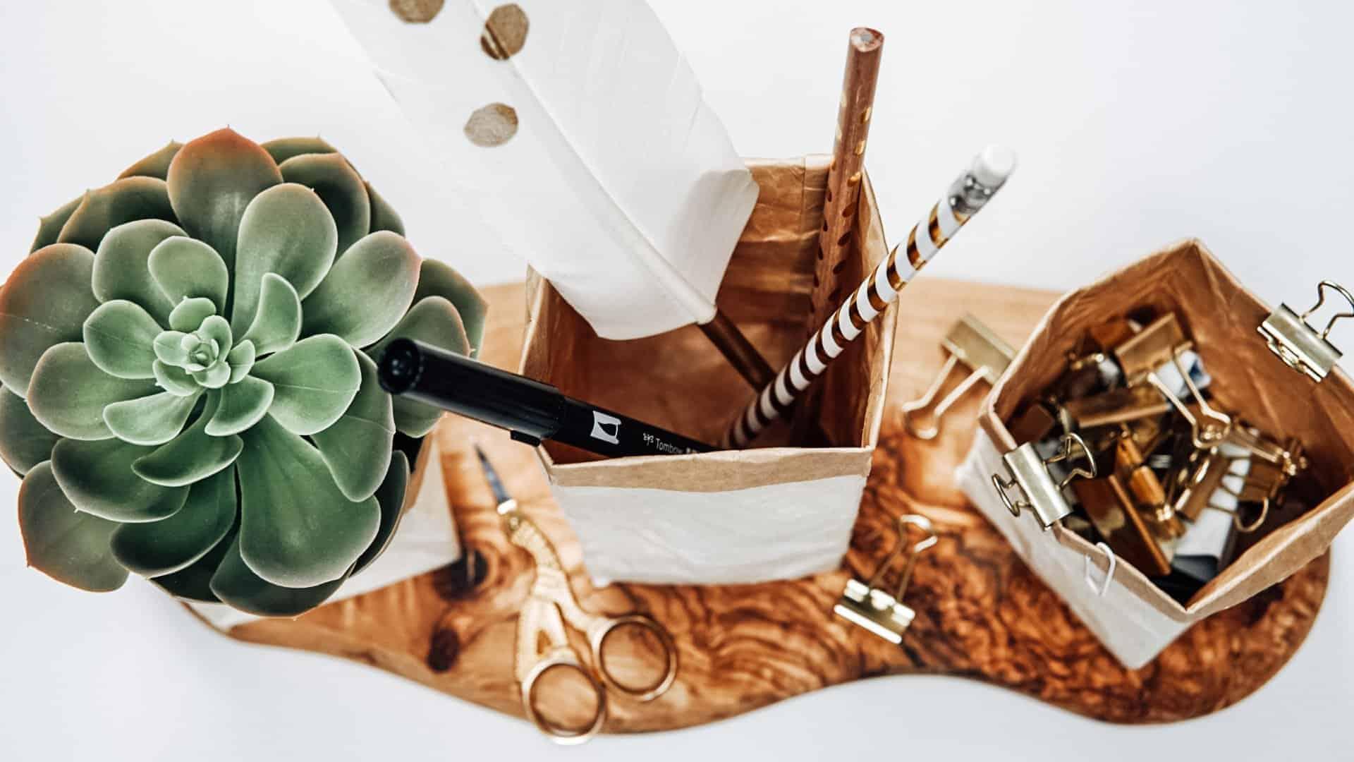 Milchtüten Upcycling Endergebnis näher fotografiert mit Schreibtischutensilien und einer Pflanze
