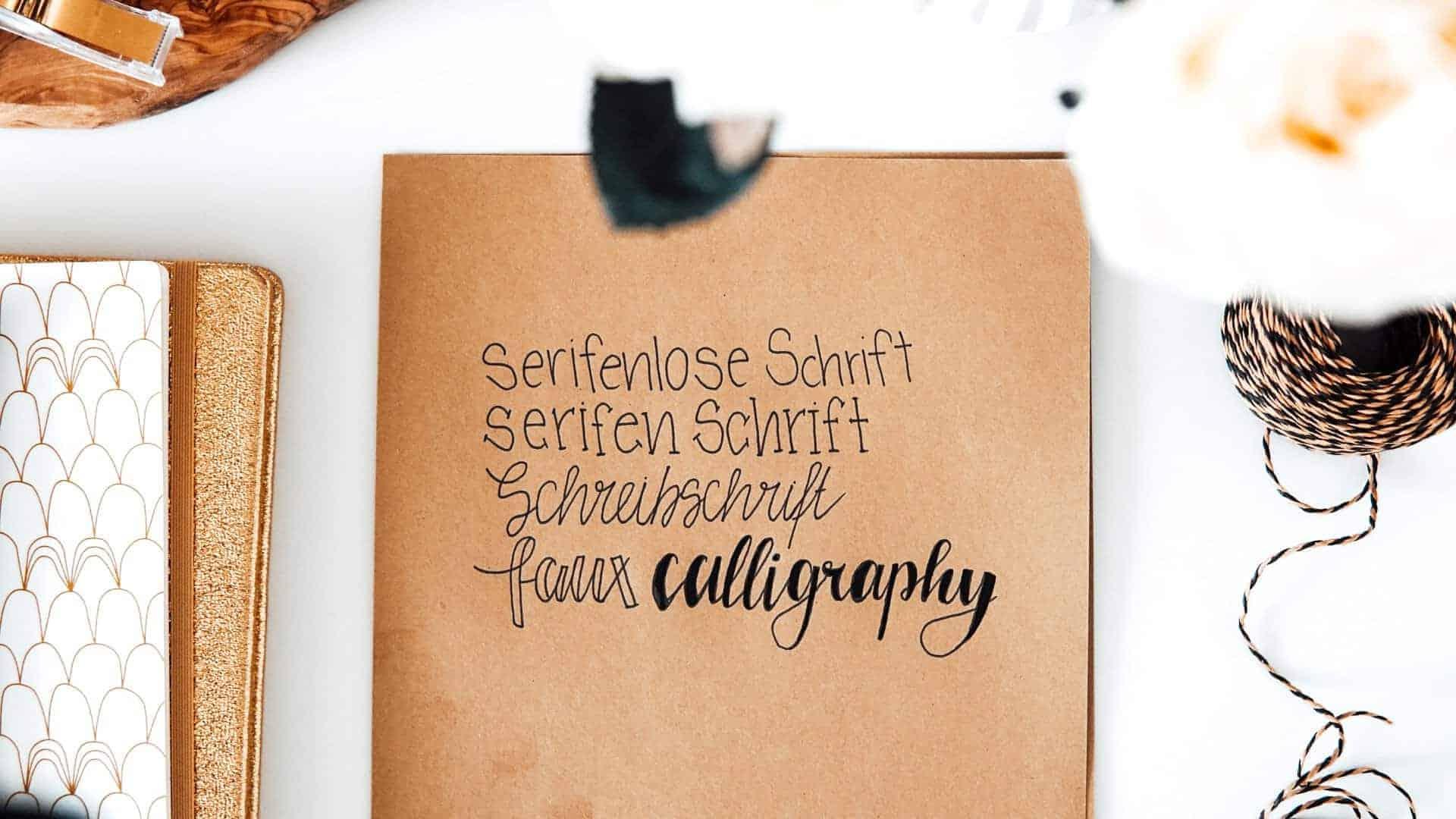 Bullet Journal Schriftarten auf einem Papier Stück auf einem Schreibtisch