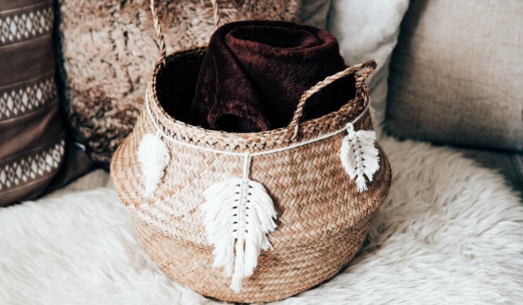 Makramee Feder Girlande um Seegraskorb mit Decke auf dem Sofa