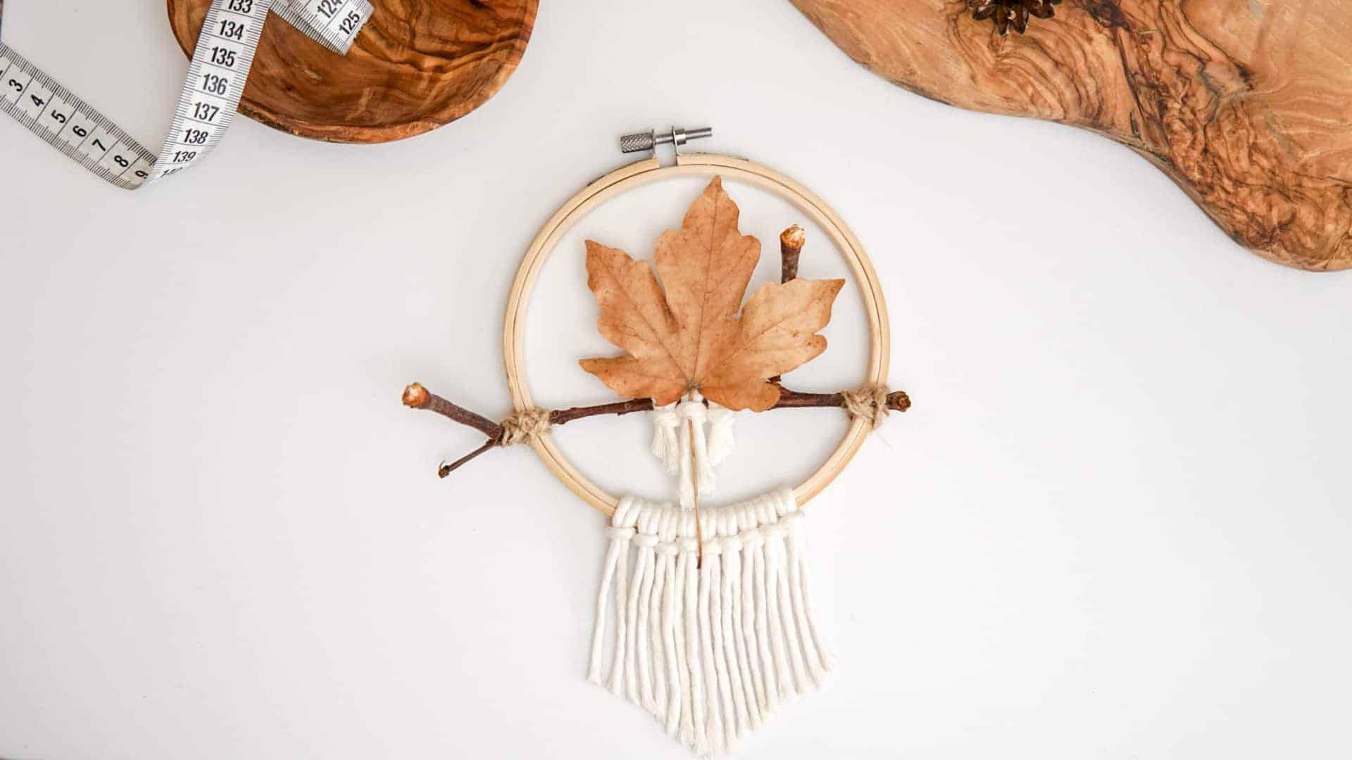 Herbstkranz basteln mit Stickrahmen und Naturmaterialien