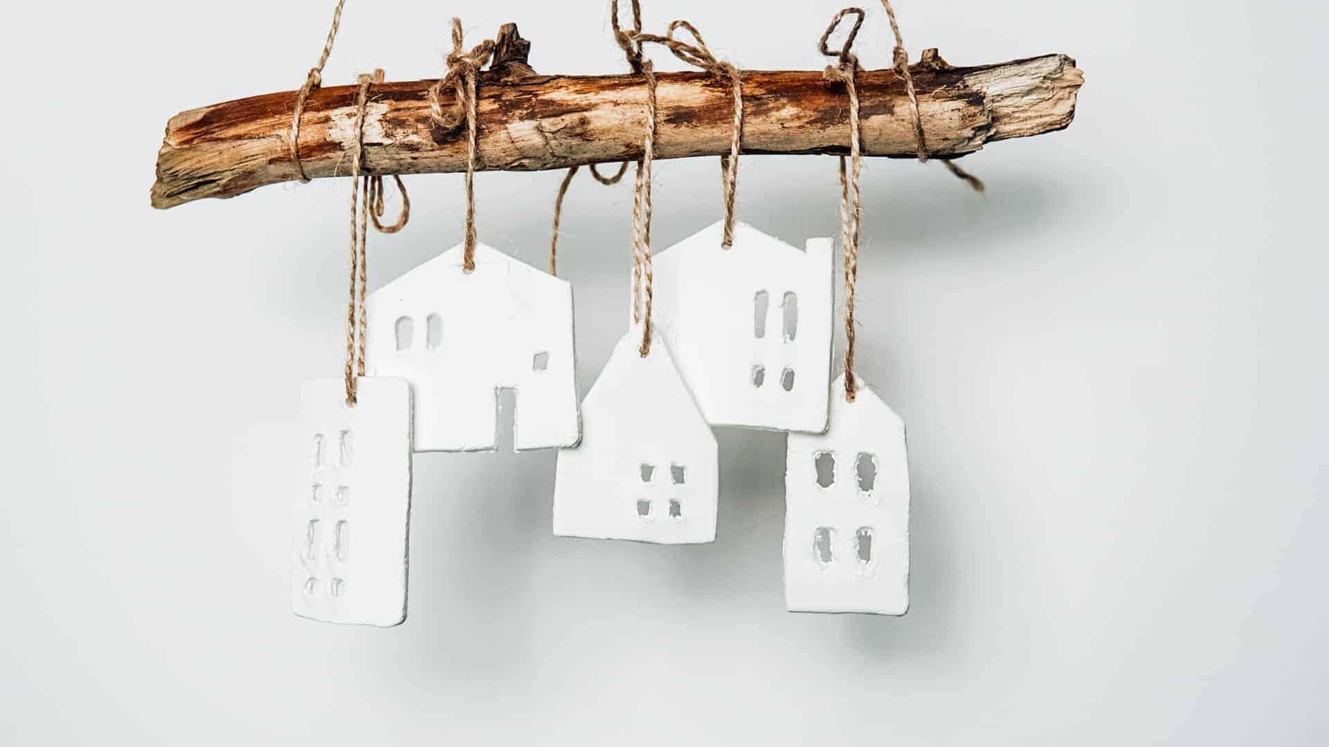 Haus Anhaenger aus Modelliermasse selber machen Haus modellieren alle fertig am Ast