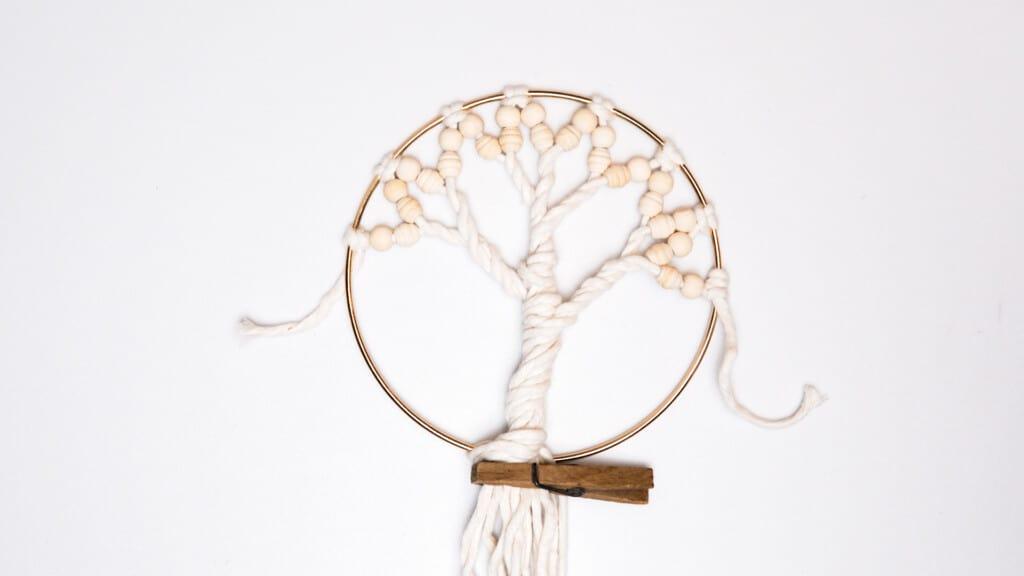 Makramee Lebensbaum drehen und fixieren